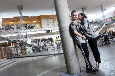 Stor stas: I år som i fjor: Lukas Ivarrud (15) fra Mosjøen belønnes med finalebillett til UKM i Trondheim 24.–28. juni. – Skriv at vi er stolte av ham, sier Sofie Vatnan– som bevilger vinneren et kyss på kinnet i langfri ved Kippermoen ungdomsskole. Foto: Stine Skipnes