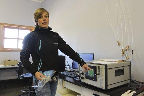 FISMÅLER: Vibeke Lind med apparatet som måler sauens metanutslipp.