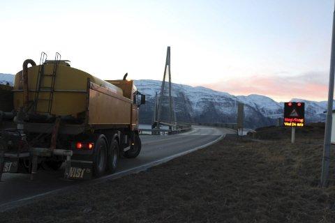 STENGT: I en kort periode fredag kveld var Helgelandsbrua stengt. Arkivfoto