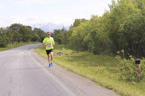 ENSOM: Emil Sorsell måtte løpe alene det meste tiden da han lå langt foran de andre.