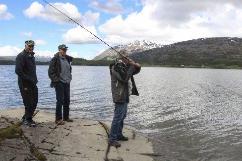 FISKEKLARE: F.v. Knut Ånes, Kjell Sivertsen og Eilert Hatten fra grunneierlagene i Fustavassdraget gleder seg til å slippe fiskerne tilbake i vannene igjen. Foto: Vegard Olsen