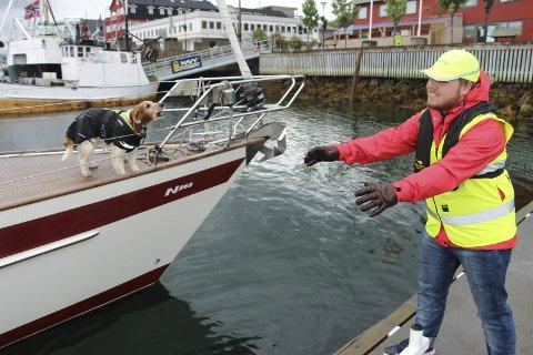 VELKOMMEN: Havnevert i Sandnessjøen Kristian Alfon Værnes tar imot besøkende i en seilbåt fra Sverige. Foto: Jarl G. Sandholm
