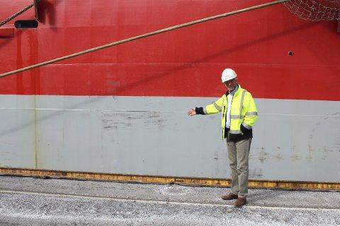 VISER FRAM: Havnesjef Kurt Jessen Johansson viser hvor de ønsker å plassere kontakt for landstrøm. foto; Benedicte Wærstad
