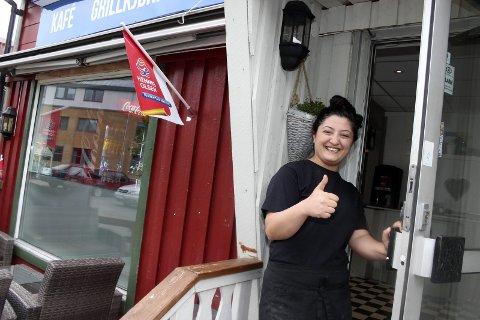 Tommel opp: Deanna Shaveisi vurdere å flytte Burgerbar'n til Torgpaleet i Mosjøen. – I så fall blir det med et helt nytt konsept med fokus på lunsjretter, sier hun. Foto: Stine Skipnes