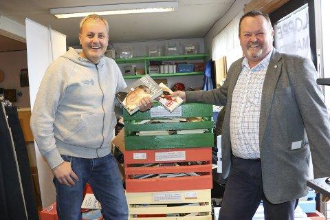 Samarbeid: Roger Bastesen i Brobyggerstiftelsen har sponset bøkene som ligger i kassene som plasseres rundt i Sandnessjøen.