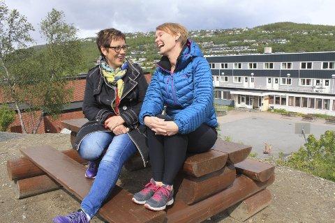 Stille før stormen: Elevene har avsluttet inneværende skoleår. Merethe Lorentsen (t.v.) og Nina Stimo gleder seg til å ta i mot et nytt elevkull og stappfulle klasser til høsten. Foto: Jon Steinar Linga