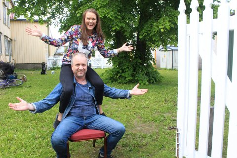 Hageselskap: Ine Ankersen og Roar Møller byr på et variert musikkprogram i hagen ved Gilles Cafè.