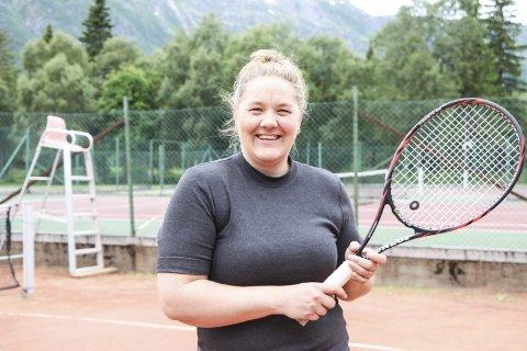 REKRUTTERER: Leder i Mosjøen tennisklubb, Marthe S. Bergmann, håper et eget tenniskurs for barn- og unge kan bidra til økte rekruttering. Foto: Vegard Olsen
