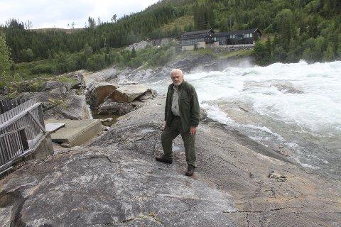 Trapp: Jim Nerdal, styreleder i Vefsnlaks AS, står her bokstavelig talt ved nøkkelen til suksess for at laksen skal kunne gyte sør av Laksforsen; nemlig ved laksetrappa i Laksforsen. Foto: Jon S. Linga