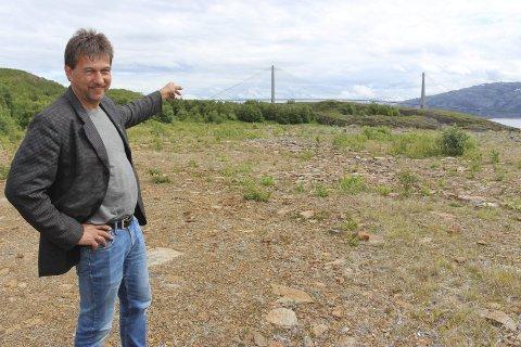 POSITIV: Ivan Haugland ved tomta på Leines der det er planer om å starte landbasert oppdrett.Foto: Jarl G. Sandholm