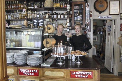 Gjenstander: fv. Lovise Myrnes Steinrud og Tuva Rystad Sund forteller at mange liker hylleinnholdet på Vikgården.