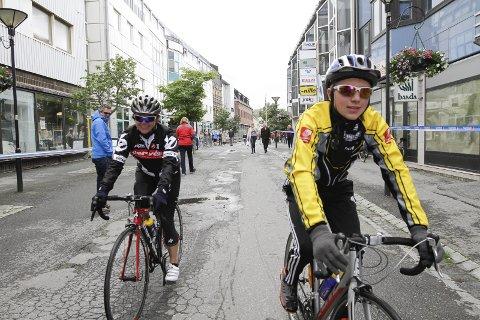 PÅ PLASS I MILJØGATA: Sondre Tobias Olsen og Laila Iversen syklet fra Mosjøen til Sandnessjøen langs Fjordveien.