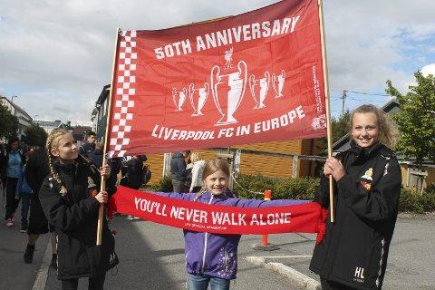 Liverpool-fans: fv. Amali Steinvik Mortensen (14) Ingrid Steinvik Mortensen (10) og Hedda Sommerli Lind (13) foto: Benedicte wærstad