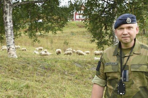 Fårtropp: Nestkommanderende stabssjef major Ole-Ivar Øverleir sammen med «fårtroppen» i Drevjamoen leir. Foto: Svein Sjølie