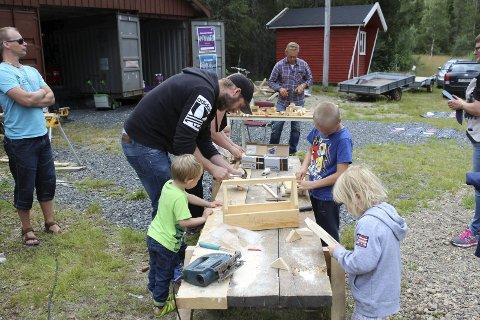 Populært: Ivrige små hender fikk med litt hjelp laget båter, verktøykasser og fuglekasser. Foto: Snorre P. Sjøvoll