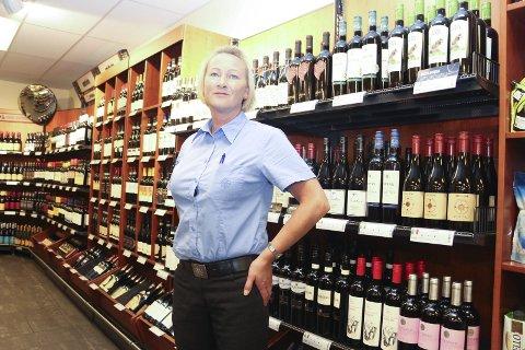 FLYTTER: Butikksjef ved Vinmonopolet i Sandnessjøen, Linda Skartun ser fram til å komme inn i nye lokaler. Foto: Jarl G. Sandholm