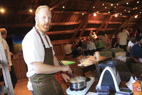 Erstatter:  Kokken Ronny Kolvik fra restauranten ARAKATAKA i Oslo sa en del om og demonstrerte bruk av gress i desserter, sauser og i middager. Foto: Jon Steinar Linga
