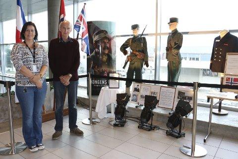 Utstilling: Leder i NROF Alstahaug, Inge Bildøy, viser fram lokal krigsutstilling i Kulturbadet i Sandnessjøen. Her med Trine M. Vassvik.