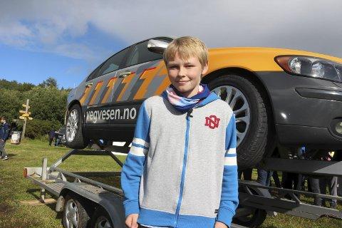 BILVELT: Kristen Buschmann (12) fra Sandnessjøen fikk oppleve hvor viktig det er med bilbelte når bilen går rundt. Foto: Jarl G. Sandholm