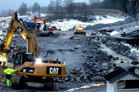 GODT KJENT: Hæhre Entreprenør AS er godt kjent på Helgeland. Bildet er fra arbeidet med den nye veien i Holandsvika. Foto: Jon Steinar Linga
