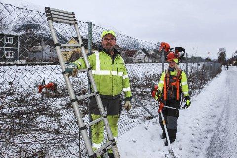 BORTE VEKK: Olav Eldnes og Maja Talin Skjærvik måtte hente en annen stige for å komme seg over gjerdet. Foto: Rune Pedersen