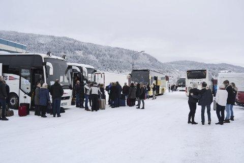 Klare til start: De var god stemning da bussene til Trondheim la i vei fredag formiddag. Foto: Mathilde Ånes