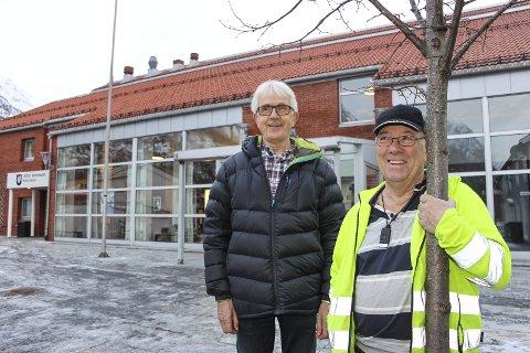 Teleslynger: Ronny Skjager (t.h.) og Dagfinn Albertsen i HLF Vefsn ber om at det monteres teleslynger i offentlige bygg. Mosjøen kulturhus og kino mangler slikt utstyr. Foto: Rune Pedersen