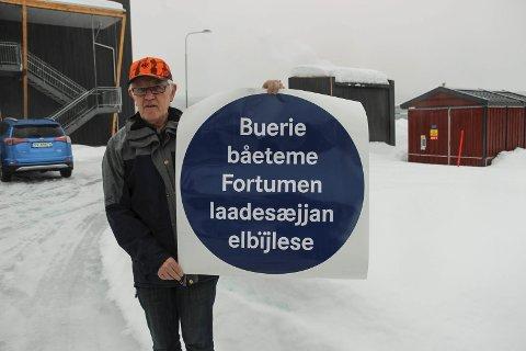 Verdens Første: Asgeir Almås viser fram skiltet som på sørsamisk forteller at her kommer det en ladestasjon for elbil.  Foto: Rune Pedersen