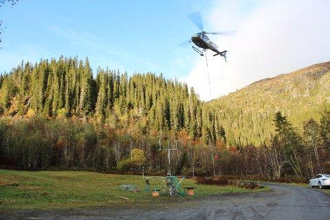 Helikopteret løftet fredag på plass de siste modulene til  vindmålemasta på Øyfjellet.