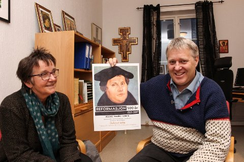 Sokneprest  Kari Sjursen og kantor Øyvind Mikalsen ønsker  velkommen til Luther-markering i Dolstad kirke tirsdag. De lover mye fin musikk.