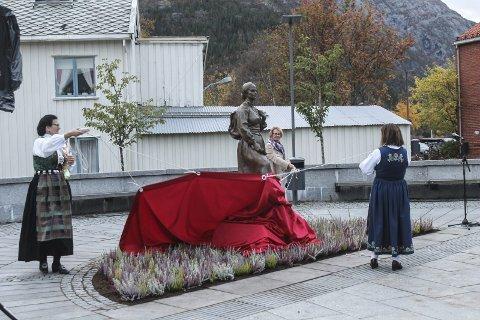 avduking skulptur av Astrid Langjord Mildrid Hendbukt-Søbstad og Tordis Landvik fylkesordfører Sonja Alice Steen