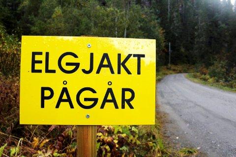 PÅGÅR IKKE: Teksten på plakaten gjengir ikke virkeligheten i Hattfjelldal, Ørjedal og Susendal storviltområder.