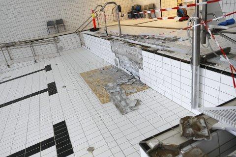 STENGT: Varmtvannsbassenget på Kippermoen svømmehall har stått uten vann siden i vår. Alle fliser skal skiftes ut i bassengkaret og i rennene rundt bassenget. Det samme gjelder barnebassenget.   FOTO: PER VIKAN