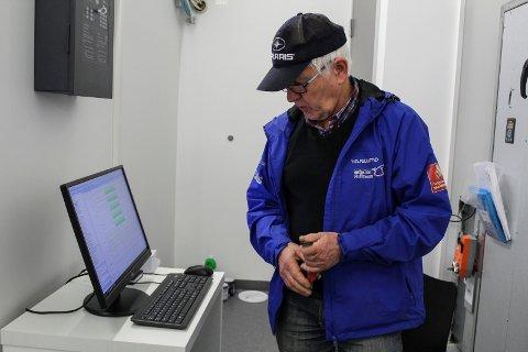 Asgeir Almås, daglig leder for Fjellfolkets hus viser fram datamaskinen i 2.etasjen som styrer låsesystemet.