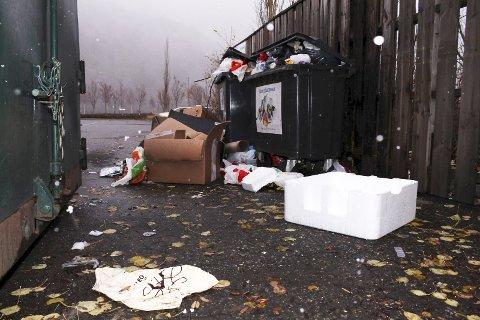 Forsøpling: Det er ikke fullt før det renner over. Mandag morgen fløt det av søppel ved Shmils avfallsstasjon ved Sjøsiden Senter i Mosjøen. Foto: stine Skipnes
