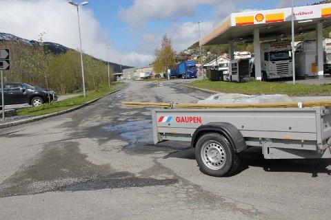 PENGER: Den kommunale Naustgata mellom Shell og Rema 1000 på Halsøy har fått ny asfalt. Statens vegvesen bidrar med 300.000 kroner til arbeidet.