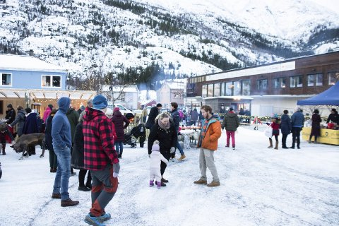 Torget: Lørdag var det mange mennesker som tok turen innom torget i Mosjøen sentrum for å gjøre en julehandel. Foto: Trond Odin Johansen