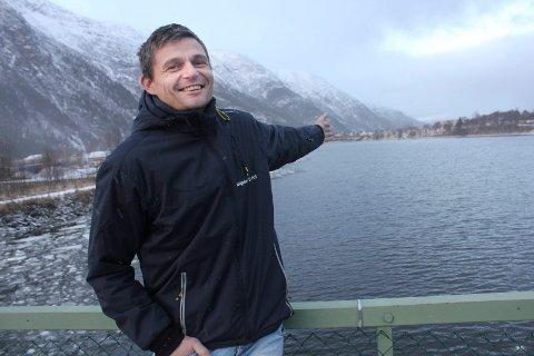 KLAR FOR VEFSNA: Thomas Bjørnå har lang erfaring som prosjektleder for Vefsnaprosjektene. Her står han på gamle Øybrua i Mosjøen.