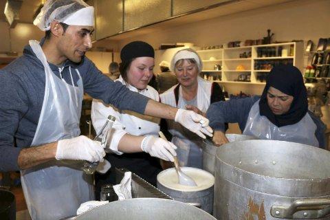 Med rosevann: Salaj Josef viser Camilla Johansen og Asbjørg Sande hvordan man lager syrisk dessert.