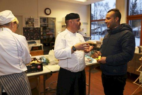 Leveranse: Kamal Alahmad fra Asiabtikken er glad for ordren fra faglærer Arnulf Stenvik.