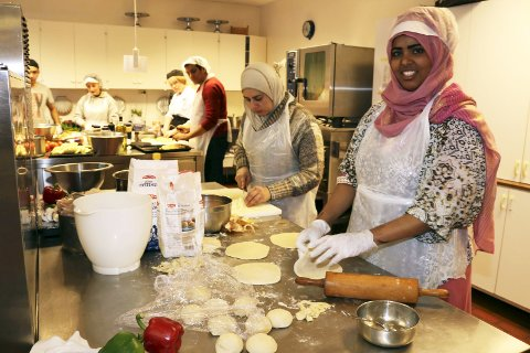 Internasjonalt: Torsdag var det Internasjonal matkveld; et samarbeid mellom Mosjøen videregående skole og Vefsn Røde Kors. Her er det Tarfa Alolwani fra Syria og Faisa Nur fra Somalia som lager mat fra sine hjemland. Foto: Stine Skipnes