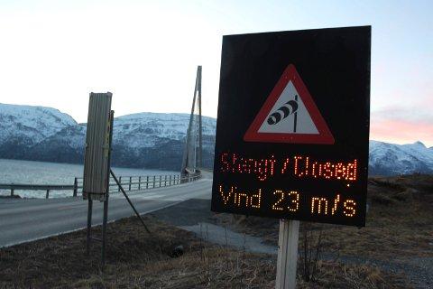 STENGES: Helgelandsbrua blir trolig stengt flere ganger utover formiddagen, i alle fall dersom den sterke vinden  fortsetter. Brua stenges når vinden når en styrke på 32 sekundmeter eller mer.