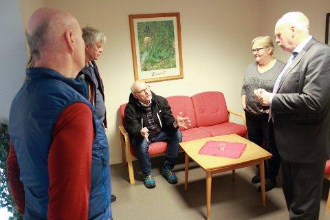 Klar tale: Tor Evensen i Nyland og omegn velforening omtalte kompostprosjektet som en «fiakso». Her prater han med politikerne i en pause i Vefsn planutvalg fredag. Foto: Jon Steinar Linga