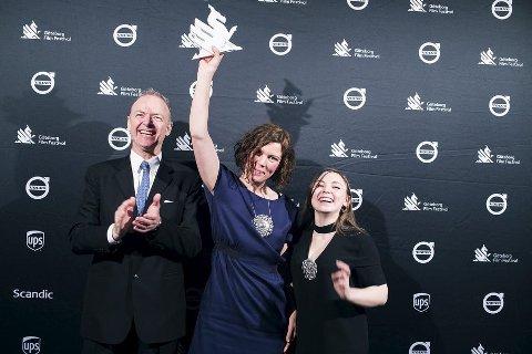 Glade: Regissør Amanda Kernell med prisen i hånda. Hovedrolleinnehaver Lene Cecilia Sparrok til høyre. og produsent Lars G. Lindström til venstre. foto: Göteborg filmfestival
