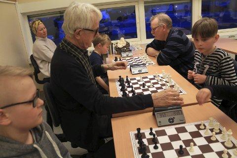 Helt på brett: Jørgen Skjager (f.v.), Ronny Skjager, Fritjof Nesheim Mikalsen, Torger Nilsen og Vetle Øksne Mathisen deltar på begynnerkurs i sjakk med Mosjøen sjakklubb. Tirsdag var det 16 spillere som møtte opp. Kaja Mikalsen nøyer seg som tilskuer. – Nå må du spille Fritjof, sier hun til sønnen sin. – Jeg tenker! svarer han.Foto: Stine Skipnes