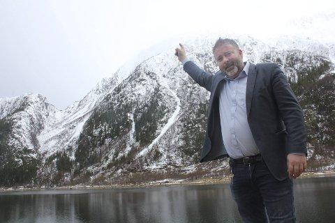 Der: Pekefingertuppen til Sverre Håkon Løvold Strand  viser området hvor Via Ferrata-løypa kommer opp. Løypa starter et stykke til venstre og nedenfor, med utgangspunkt i Trongskardet. Storfjellet ser vi helt til venstre  i bildet. Foto: Jon Steinar Linga