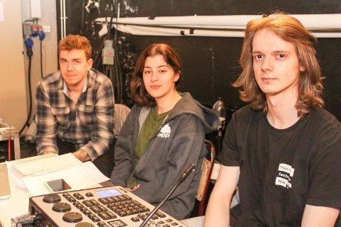 LYD, LYS OG SCENE: Martin Stangjordet, Aleksandra Bozovic og Stian Evjen Pedersen har ansvaret for lyd, lys og scene. De er alle elever ved Vefsn Folkehøgskole.