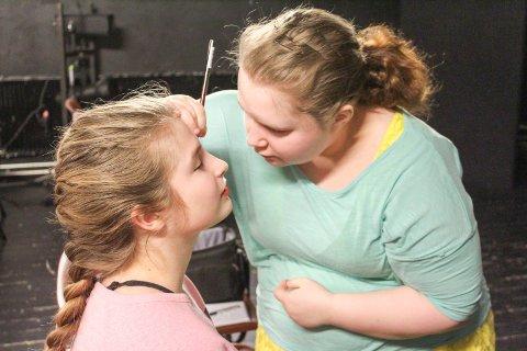 SMINKE: Amanda Reidunsdatter Sandvoll hjelper Kamilla Skar med teatersminken.