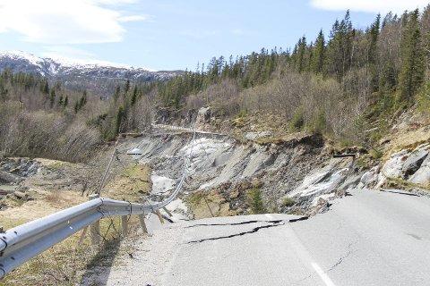 REGNING: Om kort tid får Nordland fylkeskommune en oppsummering av hva som skjedde da to ras i fjor vår ødela fylkesvei 76 i to omganger. BIlder: Vegard Olsen
