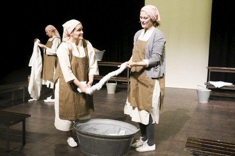 Grunnleggere: Trine Benedicte Jensen (t.h.) og Åse Albertsen har grunnlagt Scenesøstre. Her fra en scene i «Syndens vaskeri».